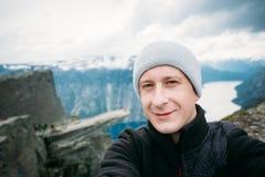 反对背景的年轻旅游采取的Selfie 免版税库存照片