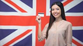 反对英国背景,国际银行的女性举行的信用卡 股票录像