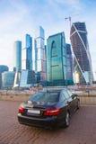 反对莫斯科商业中心的汽车 库存照片