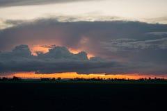 反对落日的光的背景的增长的积云 免版税图库摄影