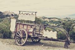 反对葡萄园的老木推车 免版税图库摄影