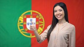 反对葡萄牙旗子背景,迁移的俏丽的妇女陈列翘拇指 股票视频