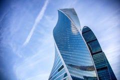 反对蓝天和云彩,商业中心在莫斯科,城市的大厦的现代玻璃摩天大楼 库存图片