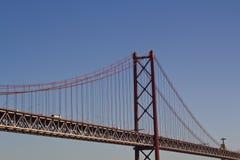 反对蓝天和基督国王的桥梁在背景中 免版税库存照片