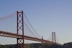 反对蓝天和基督国王的桥梁在背景中 免版税库存图片