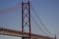 反对蓝天和基督国王的桥梁在背景中 库存图片
