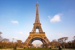 反对蓝天和白色云彩的埃佛尔铁塔在巴黎, -早晨光 免版税图库摄影