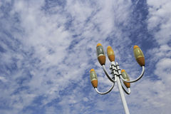 反对蓝天和白色云彩的街灯 库存图片