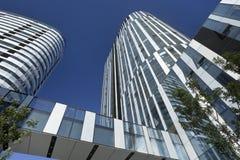 反对蓝天在苏荷区三里屯地区,北京,中国的摩天大楼 库存图片