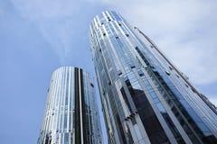 反对蓝天在苏荷区三里屯地区,北京,中国的摩天大楼 图库摄影