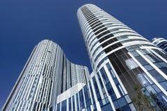 反对蓝天在苏荷区三里屯地区,北京,中国的摩天大楼 免版税库存照片