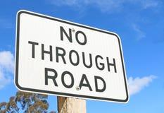 反对蓝天的一个黑白'不通过的路'标志 图库摄影