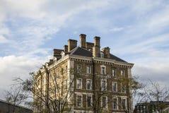 反对蓝天的一座大厦 免版税图库摄影