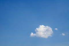 反对蓝天的一朵云彩 库存图片