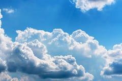 反对蓝天的一朵白色大云彩 库存照片