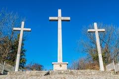 反对蓝天的三个十字架 库存照片