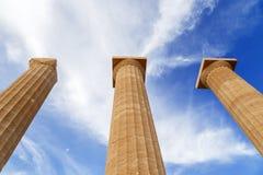反对蓝天的三根古希腊柱子 免版税库存图片
