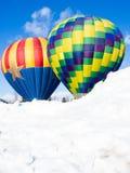 反对蓝天的两个五颜六色的热空气气球 免版税图库摄影