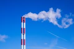 反对蓝天的两个管子烟 库存图片