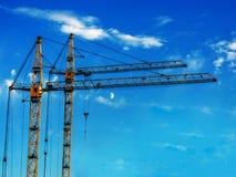 反对蓝天的两台建筑用起重机 库存照片