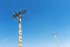 反对蓝天的两根电杆 库存图片