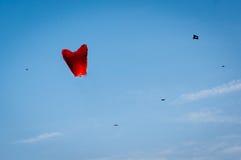 反对蓝天的中国灯笼和风筝在斋浦尔 免版税图库摄影