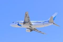 反对蓝天的乘客波音飞机 库存照片