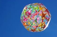 反对蓝天的五颜六色的海滩球 库存图片