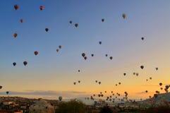 反对蓝天的五颜六色的热空气气球 免版税图库摄影
