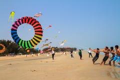 反对蓝天的五颜六色的风筝 免版税库存照片