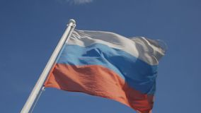反对蓝天的俄国旗子 股票视频