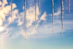 反对蓝天的冰柱与云彩 库存照片