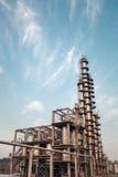 反对蓝天的化工厂 免版税库存图片