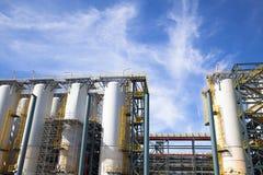 反对蓝天的化工工厂设备 库存图片