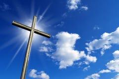 反对蓝天的十字架 库存图片