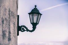 反对蓝天的古板的灯 免版税库存照片