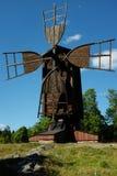 反对蓝天的古老木风车 免版税库存图片