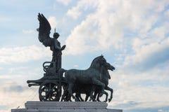 反对蓝天的古色古香的雕塑Vittoriano在罗马 免版税库存图片