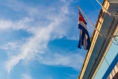 反对蓝天的古巴旗子 免版税库存图片