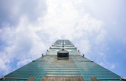 反对蓝天的台北101摩天大楼 免版税库存图片