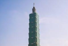 反对蓝天的台北101摩天大楼 图库摄影