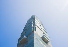 反对蓝天的台北101摩天大楼 免版税库存照片