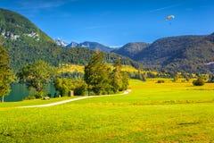 反对蓝天的吊滑翔机 图库摄影