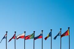反对蓝天的国际旗子 免版税库存照片