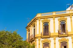 反对蓝天的大厦,哈瓦那,古巴 复制文本的空间 库存照片