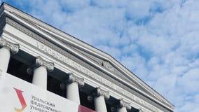 反对蓝天的大学 在日落的大学学院大厦 从底部的看法在大学和飞行覆盖 库存照片
