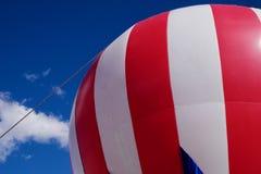反对蓝天的大红色和白热气球 免版税库存图片