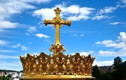 反对蓝天的天主教圣洁十字架 免版税图库摄影