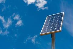 反对蓝天的太阳电池板 免版税库存图片