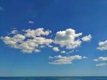 反对蓝天的小白色云彩群 库存图片